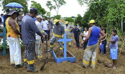 Funeral das vítimas do motim em Manaus.