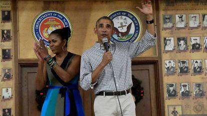 O casal Obama na base militar do Havaí em 25 de dezembro.