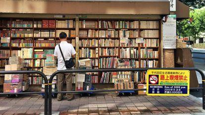Livros por 5,70 reais; multa por fumar de 57 reais