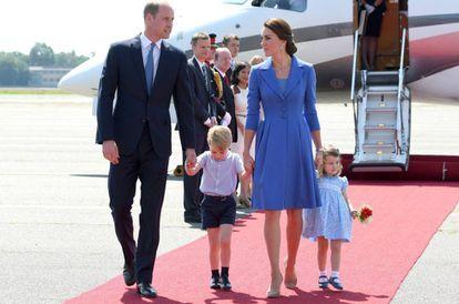 Os duques de Cambridge com seus filhos, os príncipes George e Charlotte, em Berlim em julho.