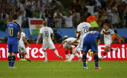 Messi observa a celebração dos jogadores alemães.