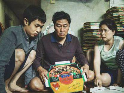 Bong Joon-Hu dirige um filme que é comédia, tragédia grotesca, noir e história de terror. Não perca este filme, alheio a uma sutileza de prestígio, direto e quase lindamente literal