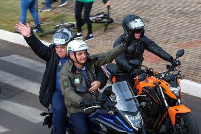 O presidente Jair Bolsonaro leva o prefeito de Chapecó, João Rodrigues, na garupa da moto durante a 'motociata' deste sábado, 26 de junho, pelas ruas de Santa Catarina.
