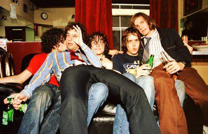 Retrato dos Strokes nos camarins do The Fillmore, em San Francisco, em 16 de outubro de 2001. Da esquerda para a direita: Fabrizio Moretti, Albert Hammond Jr., Nick Valensi, Julian Casablancas e Nikolai Fraiture.