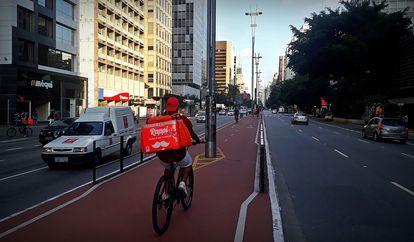 Entregadores de bicicleta observam aumento da demanda durante a quarentena.