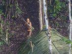 Um homem indígena isolado na região do rio Humaitá, no Acre, em um raro registro fotográfico feito em 216 de um helicóptero.
