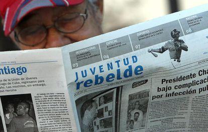 Homem lê 'Juventud Rebelde', um dos diários de maior circulação.