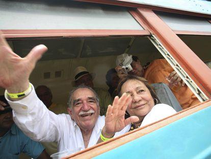 Gabriel Garcia Marquez e sua mulher, Mercedes Barcha, acenam o chegar de trem a Aracataca, em maio de 2007.