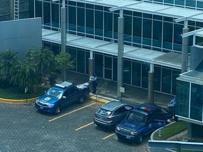 A polícia da Nicarágua após confiscar equipamentos na redação da revista 'Confidencial', em Manágua, nesta quinta-feira.