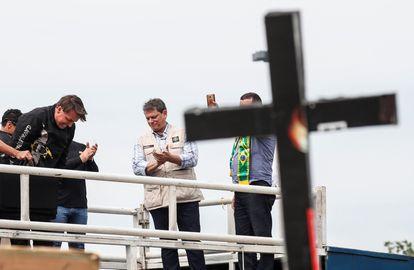 Jair Bolsonaro conversa com fiéis após um passeio de motocicleta no Rio de Janeiro, em maio de 2021.