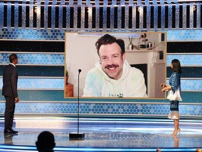 De moletom, em casa, o ator Jason Sudeikis agradece o Globo de Ouro por seu papel em 'Ted Lasso'. Foi uma das imagens mais fortes e contemporâneas deixadas pela 78ª edição do Globo de Ouro, que abre a temporada de premiações do audiovisual em plena pandemia.