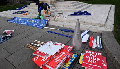 Manifestante contrário ao Brexit prepara cartazes junto ao Parlamento, nesta segunda-feira, em Londres.