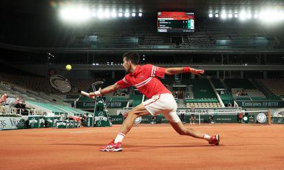 Djokovic rebate a bola na partida contra Sandgren.