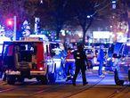 La policía llega a la sinagoga de Viena en la que se ha producido uno de los tiroteos.