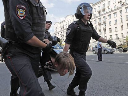 – A polícia russa detém uma pessoa durante o protesto no sábado em Moscou.