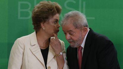 Dilma e Lula durante nomeação de novos ministros, em março