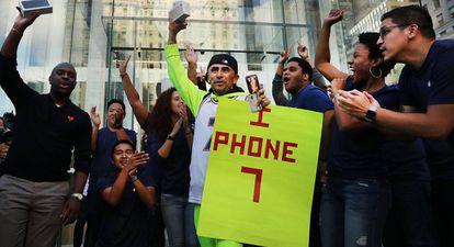 Um dos primeiros compradores do iPhone 7 na loja da Apple em Manhattan.