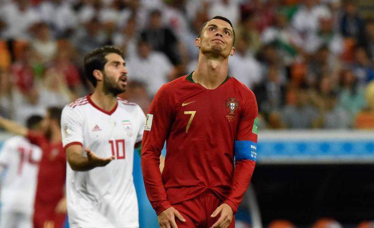 Ronaldo lamenta chance perdida.