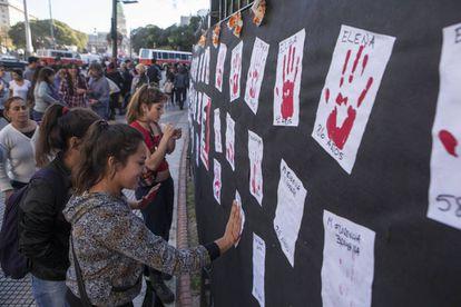 Homenagem às vítimas da violência de gênero.