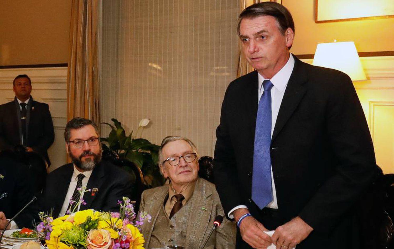 Jair Bolsonaro ao lado do ideólogo de extrema direita Olavo de Carvalho e do chanceler Ernesto Araújo, em meados de 2019.