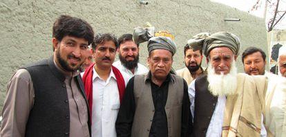 Latif (esquerda), em uma reunião com autoridades de uma zona isolada do Paquistão, em março.