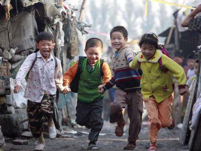 Um grupo de crianças na cidade de Shijiazhuang.