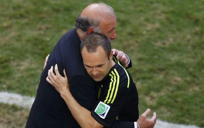 Del Bosque e Iniesta ao término do jogo ante a Austrália.
