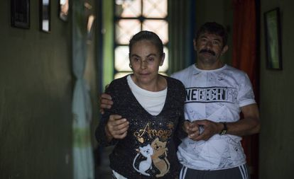 Yamile sofre de Alzheimer precoce. Na foto, é ajudada por seu esposo, Hildebrando.