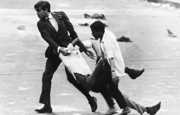 Homens carregam estudante no Rio de Janeiro, em 1968.