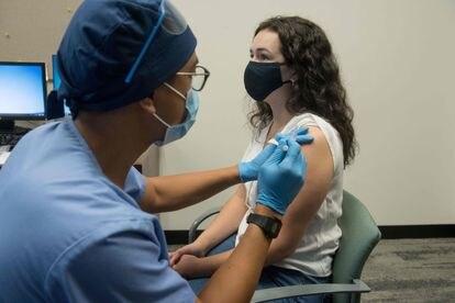 Um profissional da saúde injeta a vacina experimental do laboratório Moderna em uma voluntária na cidade norte-americana de Detroit.