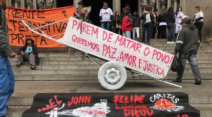 Protesto na catedral da Sé durante missa de sétimo dia de Nascimento.
