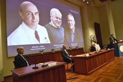 Anúncio da premiação do grupo de cientistas no Instituto Karolinska em Estocolmo, na Suécia, nesta segunda-feira.