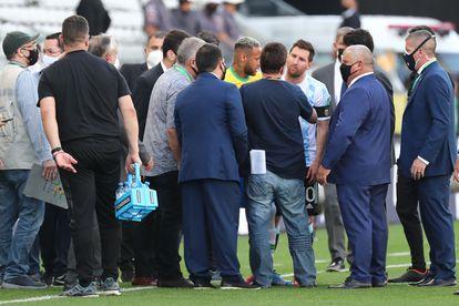 Agentes da Anvisa em campo com Neymar e Messi.
