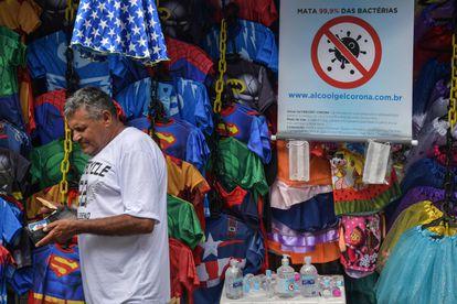 Vendedor de rua em São comercializa álcool em gel.