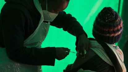 Paciente recebe injeção da vacina Pfizer numa clínica de Orange Farm, perto de Johannesburgo, na África do Sul, em junho deste ano.