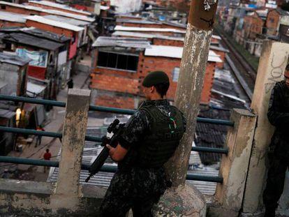 Policiais militares fazem patrulha perto do Moinho, nesta quarta.