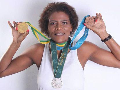 Alessandra Oliveira posa com as medalhas que conquistou vestindo o número 13 da seleção feminina de basquete.