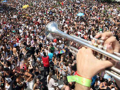Multidão no Largo da Batata no bloco 'Casa Comigo', sábado.