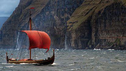 Reconstrução do barco viking 'Skuldevev 2', o 'Corcel dos Mares', navegando da Dinamarca para Dublin em 2007.