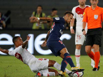Neymar sofre uma falta de Tielemans pouco depois de entrar em campo na Supercopa francesa.
