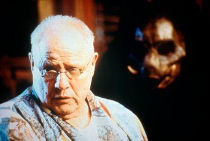 Marlon Brando junto a uma de suas criaturas em 'A ilha do Dr. Moreau'.