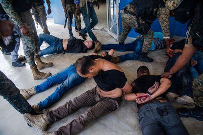 Policiais detêm suspeitos de participação no assassinato do presidente haitiano, Jovenel Moïse, em Porto Príncipe, nesta quinta-feira.