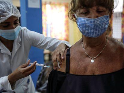 Mulher recebe dose da vacina contra a covid-19 no sábado, 27 de fevereiro, no Rio de Janeiro.