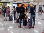 Viajeros en el aeropuerto de Son Sant Joan, de Palma de Mallorca.