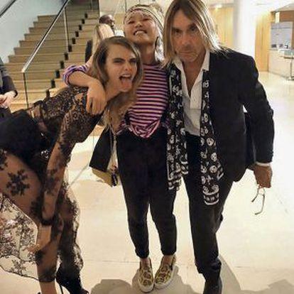 A modelo Cara Delevingne (esquerda) publicou há alguns meses em sua conta de Twitter esta foto com Iggy Pop.