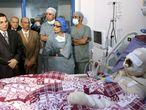 Ben Ali (izquierda de la imagen)  en el hospital donde agonizaba  el joven Mohamed Buazizi tras inmolarse a lo bonzo.