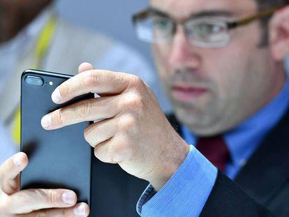 Usuário testa o novo iPhone 7 Plus.