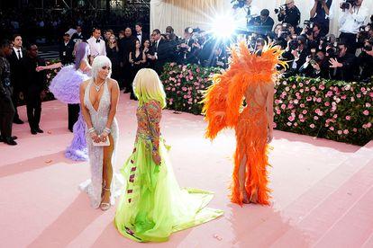Atrás, Kylie Jenner e Kim Kardashian e, na frente, Jennifer Lopez e Donatella Versace na festa de 2019.