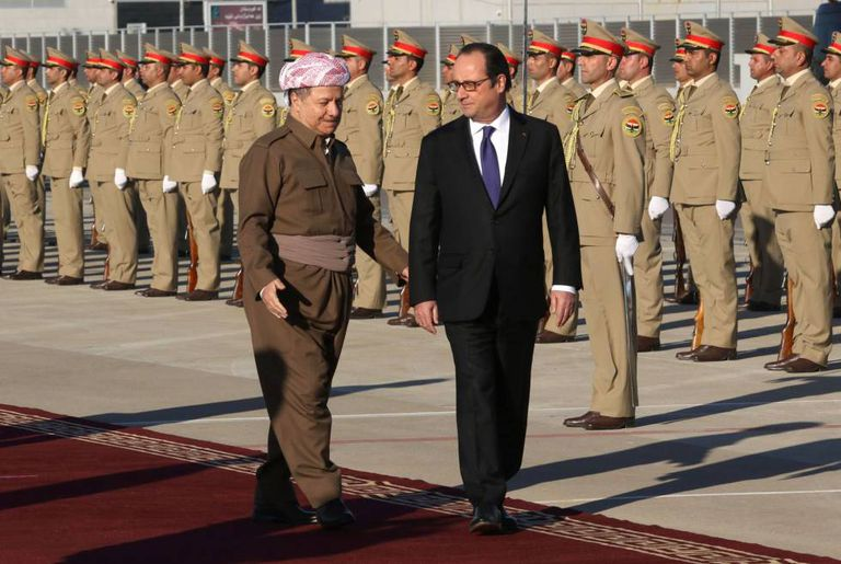O líder curdo Barzani e Hollande passam tropas em revista em Erbil.