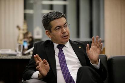 O senador Randolfe, em seu gabinete, em Brasília.
